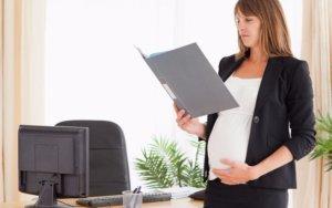 беременная изучает документы
